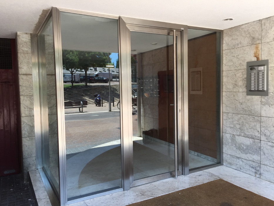 Fabricaci n de puertas acristalada es con la estructura de - Puertas acristaladas exterior ...