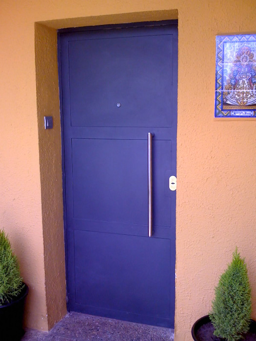 Fabricaci n de instalaci n de puertas en hierro forjado for Puertas de entrada de hierro