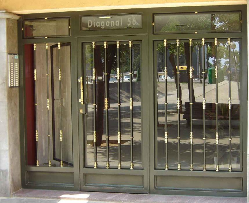 Fabricaci n de instalaci n de puertas en hierro forjado for Puertas de metal con vidrio modernas