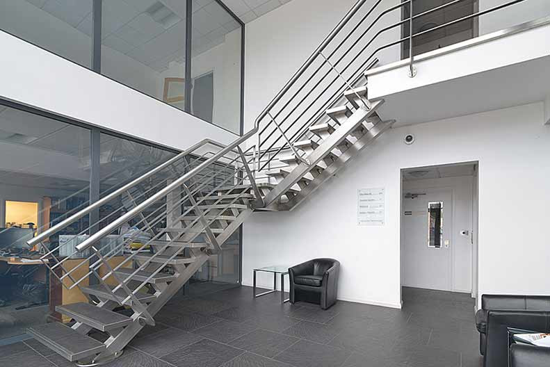 Escaleras met licas en acero galvanizado aluminio acero inoxidable diagonal mar poble nou for Escaleras metalicas homecenter