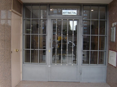 Casa residencial familiar instalacion de puertas rejas - Rejas hierro forjado ...