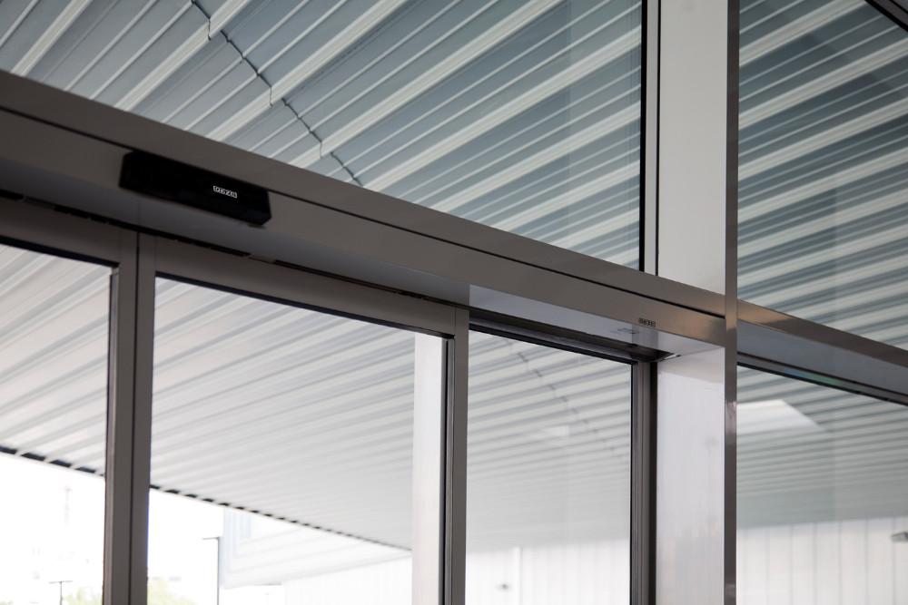 Puertas correderas de cristal autom ticas diagonal mar for Puerta corredera de taller