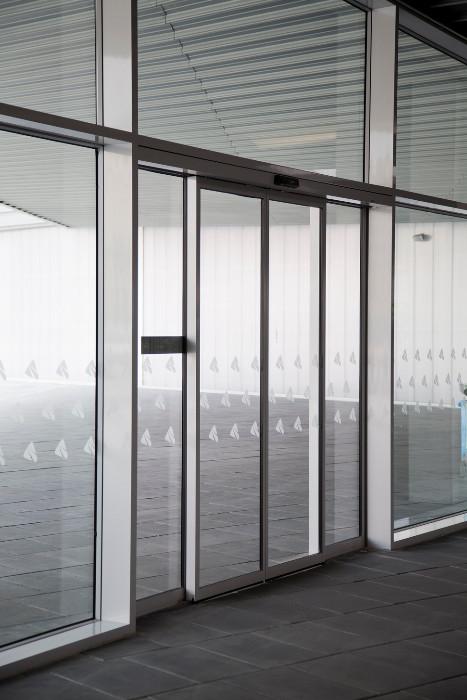 Puertas correderas de cristal autom ticas diagonal mar for Puertas correderas barcelona